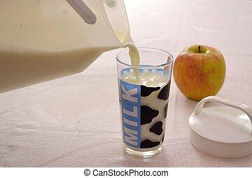 Frischmilch wird in Milchglas geleert - Milch im Glas,...
