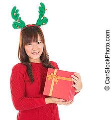 asiático, navidad, mujer, tenencia, regalo, Llevando, reno,...