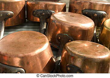 Copper pans - A series of copper pan sold in an antique...