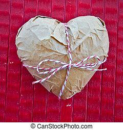 Herz in Paketpaier - Herz in Paketpapier auf rotem...
