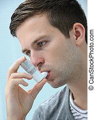 joven, hombre, Utilizar, asma, inhalador