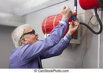 hombre, installs, fuego, Extintor