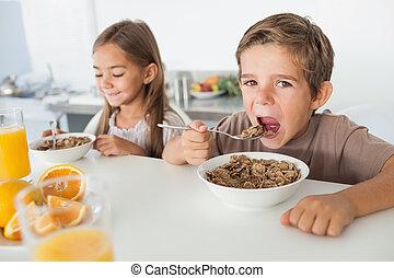 Menino, irmã, seu, comer, logo,  cereal