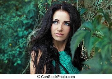 bonito, mulher,  closeup, sobre, cabelo, longo, folhas, morena, verde, Ao ar livre, Retrato, pretas, menina, Retrato