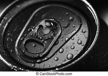 Closed cold aluminium beverage can
