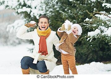 feliz, madre, bebé, lanzamiento, snowballs, invierno,...