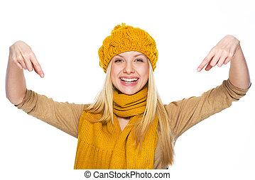 sonriente, joven, mujer, sombrero, bufanda, Señalar,...
