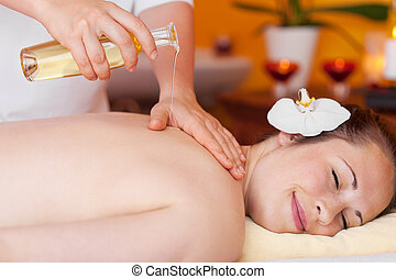 joven, mujer, relajante, mientras, recibiendo, masaje