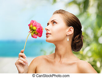 mulher, Desgastar, brincos, cheirando, flor