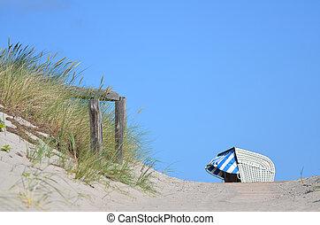 Strandkorb an der Ostsee - Durchgang zum Strand an der...