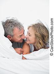 CÙte, mezzo, invecchiato, coppia, sotto, piumone