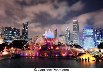 Chicago Buckingham Fountain - Chicago skyline with...