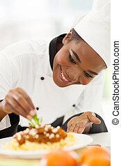 africano, norteamericano, Chef, Decorar, pastas, plato