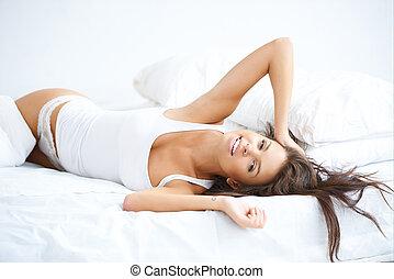 bonito, mulher, tendo, preguiçoso, Dia, cama