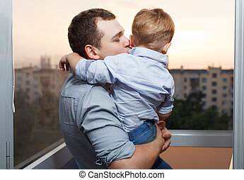 pai, beijos, seu, filho, sacada