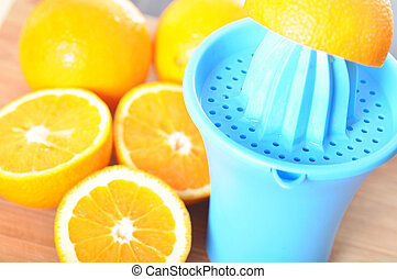 Preparing 100 orange juice using squeezer