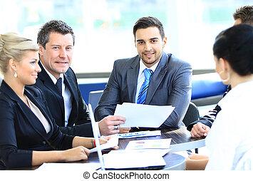 同事, 事務, 坐, 年輕, 微笑, 會議, 人