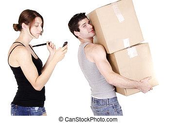jovem, homem, segurando, papelão, caixa