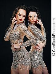 lujo, dos, Sexy, encantador, mujeres, brillante, vestidos