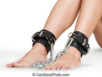 piernas, encadenado