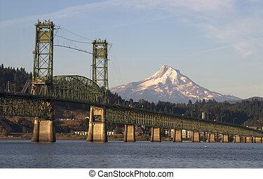 Bridge over Columbia to Hood River Oregon Cascade Mountian -...