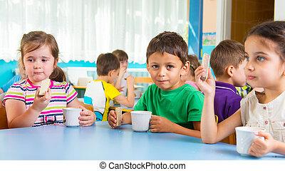 lindo, poco, niños, bebida, leche