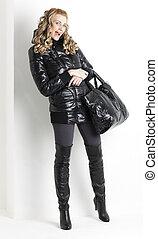 posición, Llevando, mujer, negro, tenencia, bolso, ropa