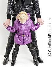 madre, hija, Llevando, chaquetas, negro, botas