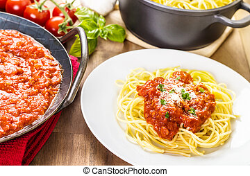 Spaghetti bolognese - Pasta with meat sauce Served in a pan...