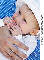bebê, menina, pai, segurando, mão