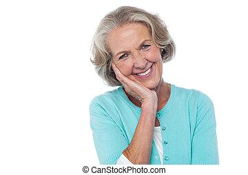 tímido, cortés, 3º edad, sonriente, mujer