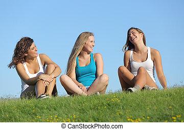 Al aire libre, grupo, niñas, tres, Hablar, reír, Adolescente