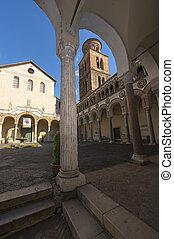 Atrio del Duomo con porticato a colonne e campanile