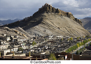 Gyantsie Fort and the town of Gyantse in Tibet - Gyantsie...