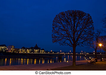 Elbe at night - view of the riverbank of the Elbe in Dresden...