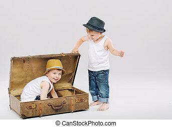 Menino, seu, irmão, ancião, mala, pequeno, escondendo