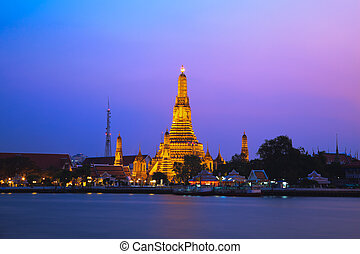Wat Arun, The Temple of Dawn, at twilight, view across...