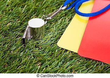 silbido, con, rojo, y, amarillo, tarjeta, en, el, campo