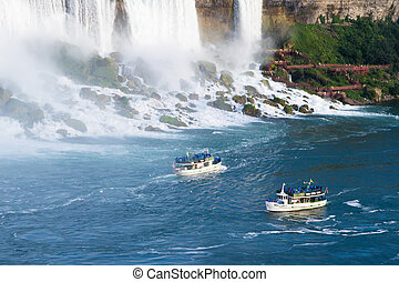 boats near the niagaras falls - The Maid of the Mist tour...