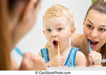 mãe, ensinando, criança, dentes, Escovar