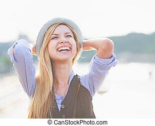 retrato, feliz, hipster, niña, alegría, ciudad