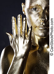 黃金, 裸体, 婦女, 矯柔造作