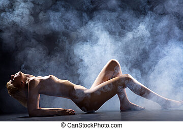 nagi, kobieta, leżący, podłoga