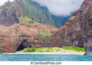 Na Pali Coast in a cloudy day - View on Na Pali Coast on...
