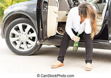 bêbado, mulher, sentando, PORTA, dela, car