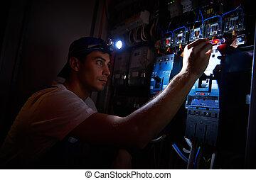 electricista, trabajando, Durante, daño