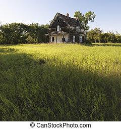 Abandoned farm house. - Abandoned farm house in rural field.