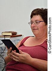 Frau liest E-Book - Frau liest im E-Book