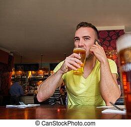 bonito, jovem, homem, móvel, telefone, Cerveja, bar