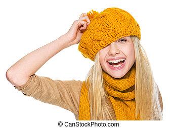 feliz, niña, bufanda, sombrero, teniendo,...